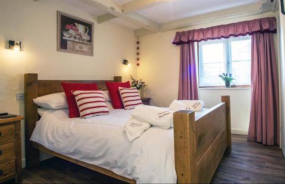 Bedroom, Quakers, Premier Cottages