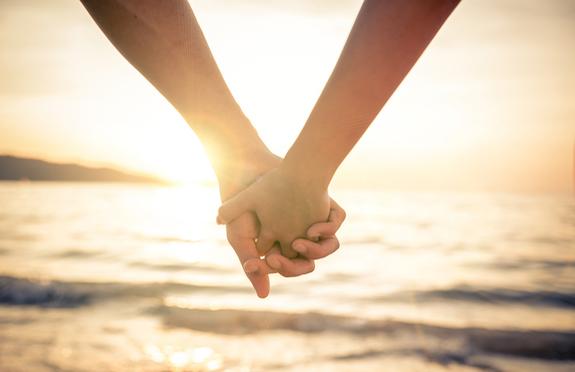 Couple holding hands/thinkstock
