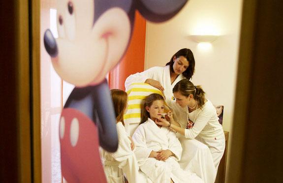 Little girl having make-up applied, Hotel Die Post